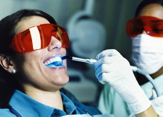 Процедура лазерного отбеливания зубов