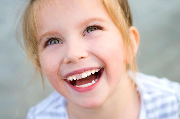 Почему чернеют молочные зубы у ребенка: причины, лечение, фото